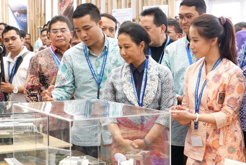 Menteri BUMN Rini Soemarno mengunjungi Indonesia Pavilion.