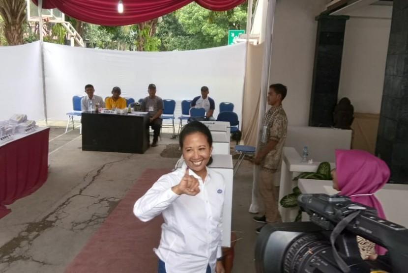 Menteri BUMN, Rini Soemarno saat menggunakan hak pilihnya di TPS 011 Perumahan Taman Patra,    Kecamatan Setia Budi, Jakarta, Rabu (17/4).