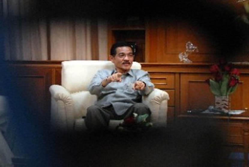 Menteri Dalam Negeri (Mendagri) Gamawan Fauzi dalam pertemuan dengan jajaran pemimpin redaksi media di kantor Kemendagri, Rabu (14/9) malam. Pertemuan tersebut membahas program KTP elektronik (e-KTP) yang menimbulkan kontroversi di masyarakat.