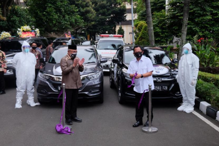Menteri Dalam Negeri (Mendagri) Tito Karnavian bersama Wali Kota Depok Mohammad Idris di halaman Balai Kota Depok, Jumat (23/5).