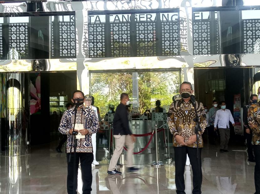 Menteri Dalam Negeri (Mendagri) Tito Karnavian (kiri) bersama Wali Kota Tangerang Selatan (Tangsel) Benyamin Davnie (kanan) saat konferensi pers di Pusat Pemerintahan Kota Tangsel, Selasa (27/7).