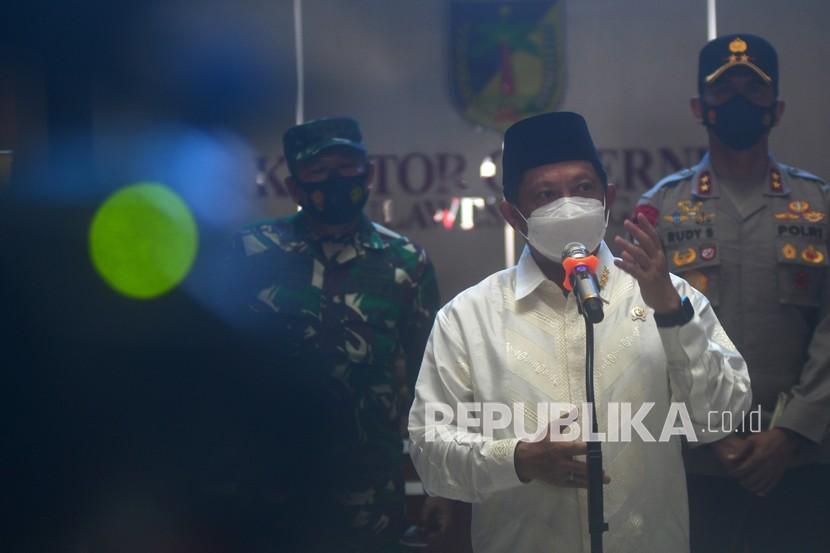 Menteri Dalam Negeri (Mendagri) Tito Karnavian (tengah) menjawab pertanyaan wartawan usai melakukan pertemuan di Kantor Gubernur Sulawesi Tengah di Palu, Sulawesi Tengah, Jumat (24/9/2021). Kunjungan kerja Mendagri tersebut dalam rangka mengevaluasi penanganan pandemi COVID-19 oleh pemerintah daerah. Dalam kunjungan tersebut, Tito Karnavian juga meminta pemerintah daerah untuk mempersiapkan skenario penanganan bila gelombang COVID-19 kembali terjadi.