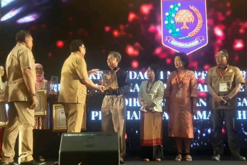 Menteri Dalam Negeri, Tjahjo Kumolo, saat memberikan Penghargaan Ormas 2018 kepada Ketua MDMC, Budi Setiawan.