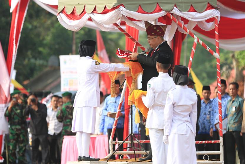 Menteri Desa, PDT dan Transmigrasi, Eko Putro Sandjojo, Selaku Inspektur Upacara dalam peringatan HUT Republik Indonesia yang ke-73 di Lapangan olah raga Desa Bukit Peninjauan Kab. Seluma, Bengkulu, Jumat (17/8).