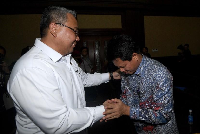 Menteri Desa PDTT Eko Putro Sandjojo (kiri) menyalami mantan Irjen Sugito selaku terdakwa kasus suap auditor BPK terkait pemberian opini Wajar Tanpa Pengecualian (WTP) dalam laporan keuangan Kemendes PDTT 2016 sebelum dimulainya sidang di Pengadilan Tipikor, Jakarta Pusat, Rabu (20/9).