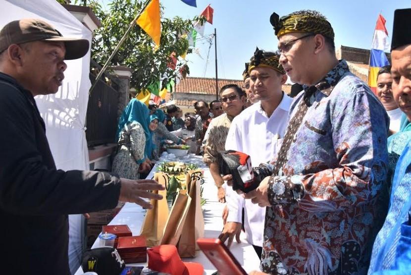Menteri Desa, Pembangunan Daerah Teringgal dan Tranmigrasi Eko Putro Sandjojo saat meninjau BUMDes, Jumat (12/8).