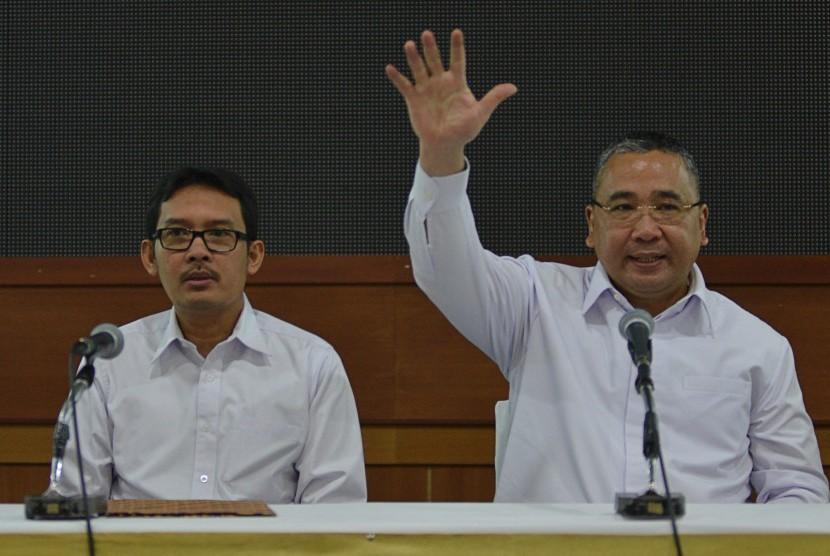 Menteri Desa, Pembangunan Daerah Tertinggal dan Transmigrasi Eko Putro Sandjojo (mengangkat tangan).