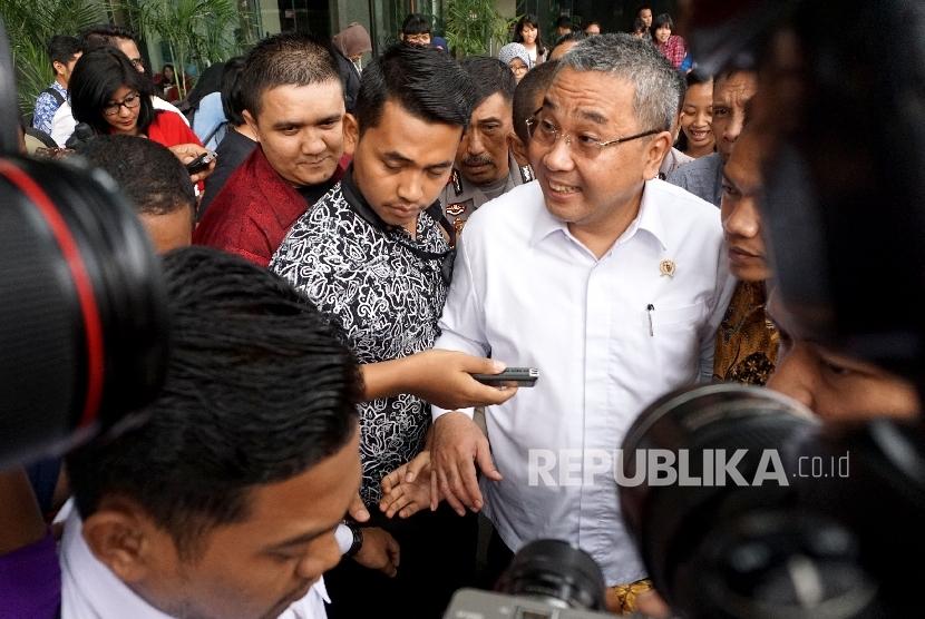 Menteri Desa, Pembangunan Daerah Tertinggal dan Transmigrasi Eko Putro Sandjojo usai menjalani pemeriksaan di gedung KPK, Jakarta, Jumat (14/7).