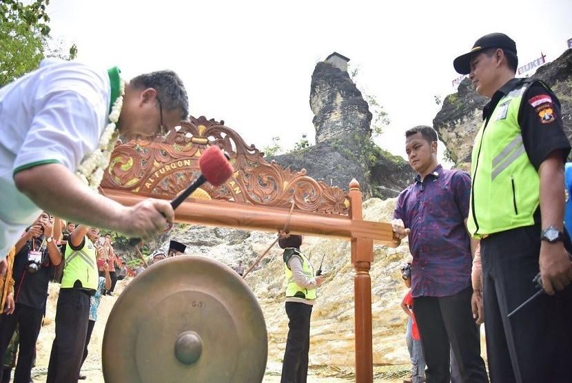 Menteri Desa, Pembangunan Daerah Tertinggal, dan Transmigrasi Eko Putro Sandjojo meresmikan Bukit Patrum di Desa Krakitan sebagai objek wisata di Kabupaten Klaten, Jawa Tengah pada Sabtu (28/10).
