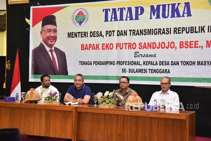 Menteri Desa Pembangunan Daerah Tertinggal dan Transmigrasi Eko Putro Sandjojo menghadiri  tatap muka dengan pendamping desa, kepala desa dan tokoh masyarakat yang ada di Sulawesi Tenggara pada Jumat (22/12) di kantor Walikota Baubau, Sulawesi Tenggara.