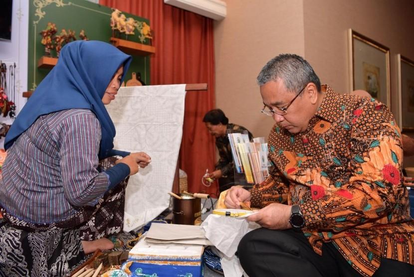 Menteri Desa, Pembangunan Daerah Tertinggal, dan Transmigrasi Eko Putro Sandjojo meluncurkan buku keduanya berjudul Rural EKOnomics II, Meyakini Desa Mau & Mampu Membangun.