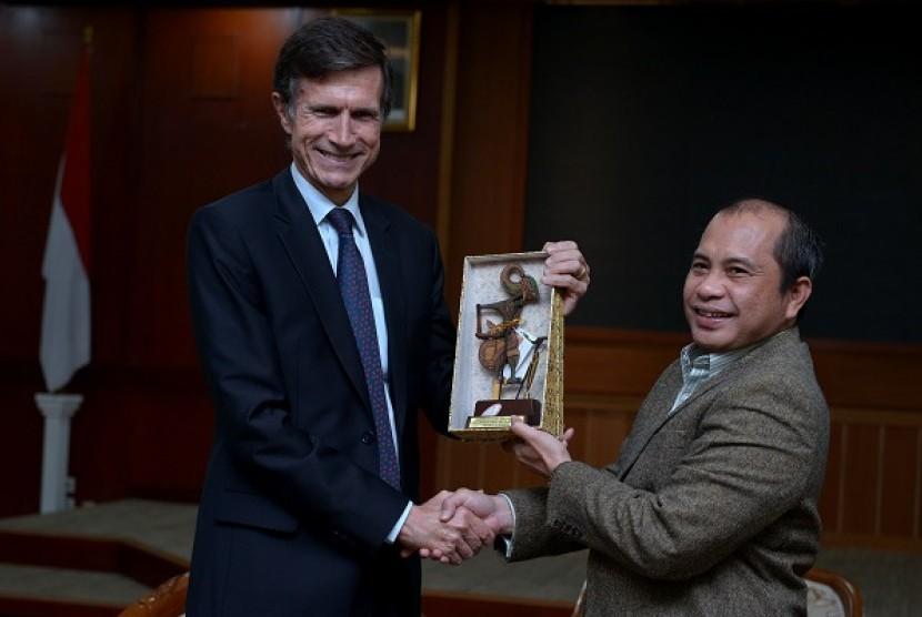 Menteri Desa, Pembangunan Daerah Tertinggal dan Transmigrasi Marwan Jafar (kanan) menerima Duta Besar Amerika Serikat untuk Indonesia Robert O. Blake di Kantor Kemendes PDTT, Jakarta, Kamis (3/3/2016). Pertemuan tersebut membahas kerjasama antar kedua nega