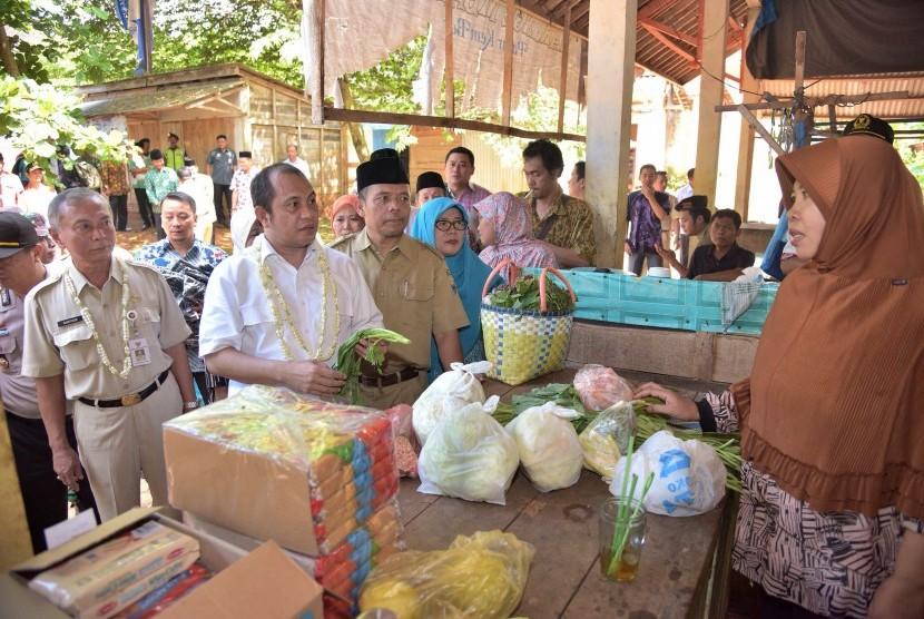 Menteri Desa, Pembangunan Daerah Tertinggal, dan Transmigrasi, Marwan Jafar (dua kiri), melakukan kunjungan kerja ke Batang, Jawa Tengah, Selasa (15/3) untuk meninjau penggunaan dana desa di Desa Kemiri Barat.