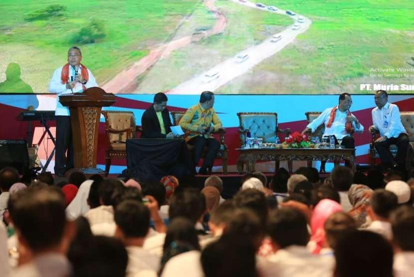 Menteri Desa, Pembangunan Daerah Tertinggal, dan Transmigrasi (Mendes PDTT) Eko Putro Sandjojo saat menjadi pembicara dalam dialog nasional di Gelanggang Olahraga Bengkulu, Sabtu (4/8).