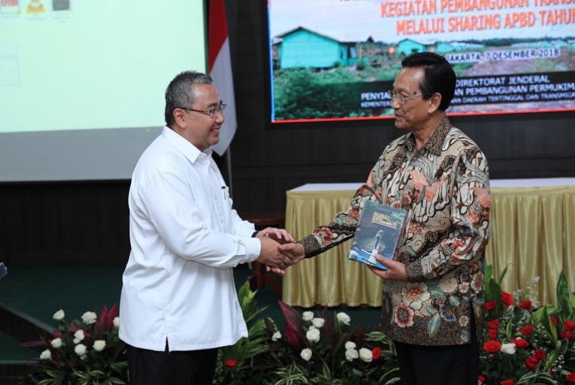 Menteri Desa, Pembangunan Daerah Tertinggal, dan Transmigrasi (Mendes PDTT) Eko Putro Sandjojo bersalaman dengan Gubernur Daerah Istimewa Yogyakarta, Hamengkubuwana X.
