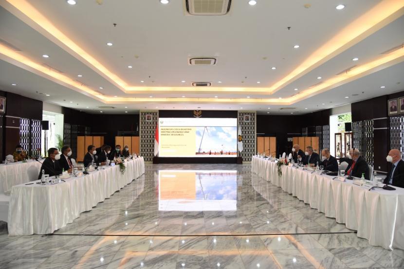 Menteri Energi dan Sumber Daya Mineral Arifin Tasrif menegaskan komitmen Indonesia menuju netral karbon di hadapan Menteri Lingkungan Hidup Ceko Richard Brabec yang saat itu sedang berkunjung ke Tanah Air.