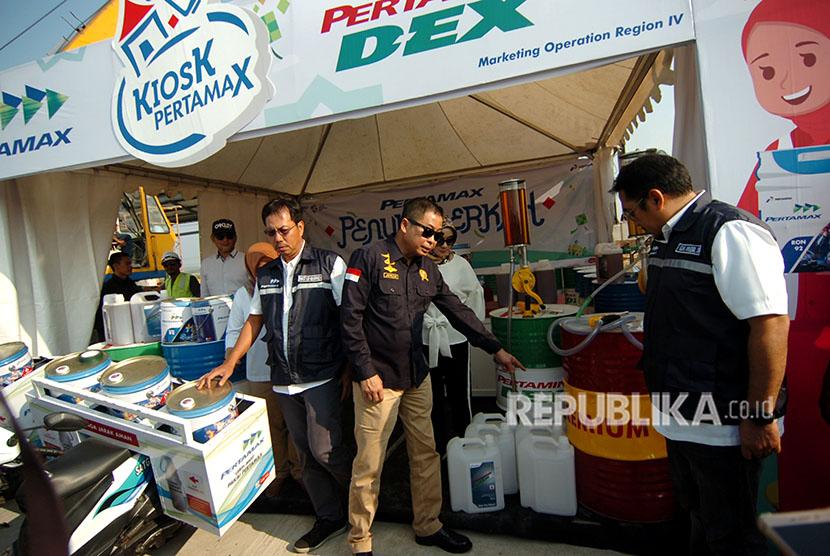 Menteri Energi dan Sumber Daya Mineral (ESDM) Ignasius Jonan (tengah) memeriksa stok BBM yang ada pada kios PT Pertamina di rest area jalan tol Pejagan-Pemalang, Kertasari, Kabupaten Tegal, Sabtu (2/6).