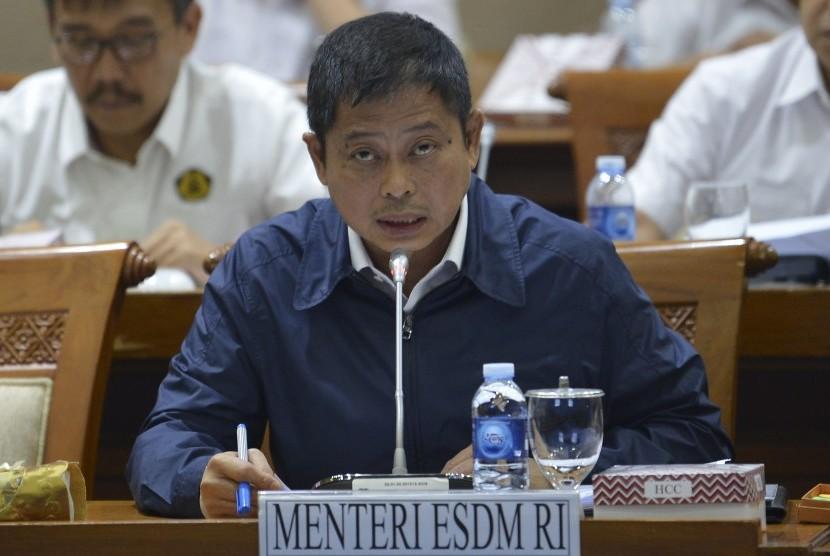 Menteri Energi dan Sumber Daya Mineral (ESDM) Ignasius Jonan menyampaikan usulan saat rapat kerja dengan Komisi VII DPR di gedung parlemen, Senayan Jakarta, Kamis (20/6/2019).