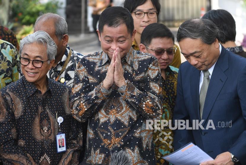 Menteri ESDM Ignasius Jonan (tengah) didampingi Kepala SKK Migas Dwi Sutjipto (kiri) dan CEO Inpex Takayuki Ueda (kanan) memberikan salam usai memberikan keterangan terkait pengelolaan Blok Masela di Jakarta, Selasa (16/7/2019).
