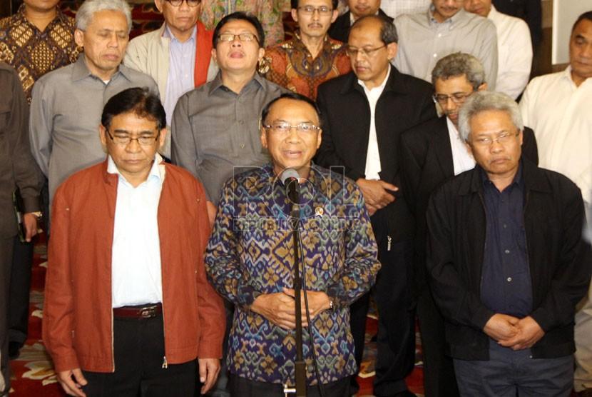 Menteri ESDM Jero Wacik memberikan pernyataan pers seputar penetapan dirinya sebagai tersangka oleh KPK, Jakarta, Rabu (3/9) malam.  (Republika/Yasin Habibi)