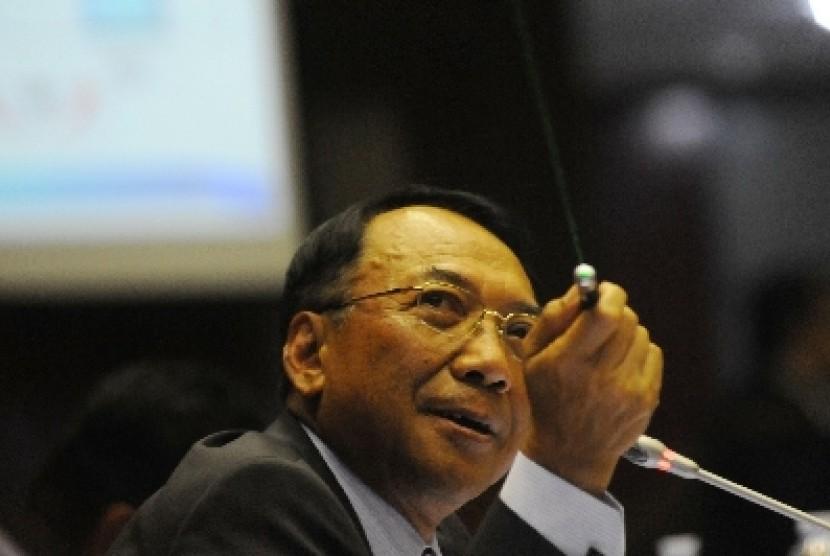 Menteri ESDM Jero Wacik sedang mengunakan laser saat menjelaskan materi pembahasan rapat kerja dengan Komisi VII di gedung DPR, Jakarta, Senin (10/9).
