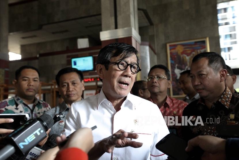 Menteri Hukum dan HAM RI Yasonna Hamonangan Laoly menjawab sejumlah pertanyaan wartawan terkait bisnis narkoba di Lembaga Pemasyarakatan Indonesia saat ditemui di Jakarta, Jumat (3/2).