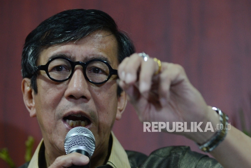 Menteri Hukum dan HAM Yasona Laoly memberikan keterangan kepada media terkait kerusuhan di Lapas Banceuy, Bandung, Jawa Barat saat menggelar konferensi pers yang diadakan di Gedung Dirjen Imigrasi Kemenkumham, Jakarta, Ahad (24/4). (Republika/Raisan Al Far