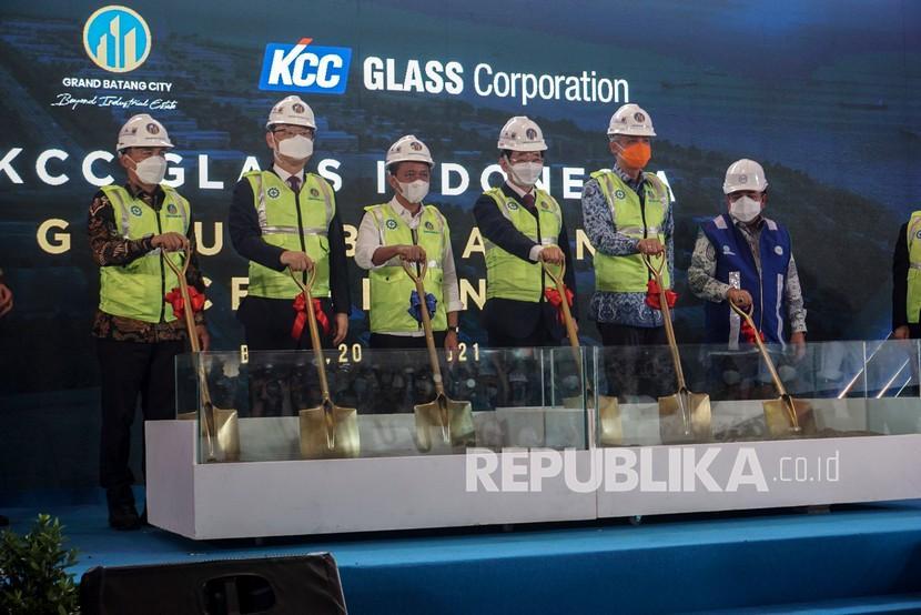 Menteri Investasi Bahlil Lahadalia (ketiga kiri) didampingi Gubernur Jawa Tengah Ganjar Pranowo (kedua kanan), Bupati Batang Wihaji (kiri) dan COE KCC Glass Corporation Nae-Hoan Kim (ketiga kanan) bersiap meletakkan batu pertama saat