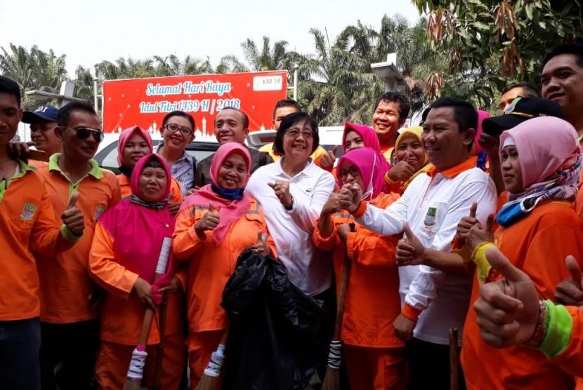Menteri Kehutanan dan Lingkungan Hidup, Siti Nurbaya Bakar Memantau Sampah di Sepanjang Jalan Tol Jakarta-Cikampek, Rabu (13/6)