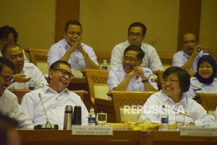 Menteri Kehutanan dan Lingkungan Hidup Siti Nurbaya (kanan), bersama Wakil Gubernur Jawa Barat Deddy Mizwar (keempat kiri) beserta jajarannya saat rapat dengan Komisi VII DPR terkait reklamasi Teluk Jakarta, di Kompleks Parlemen, Senayan, Jakarta, Rabu (20