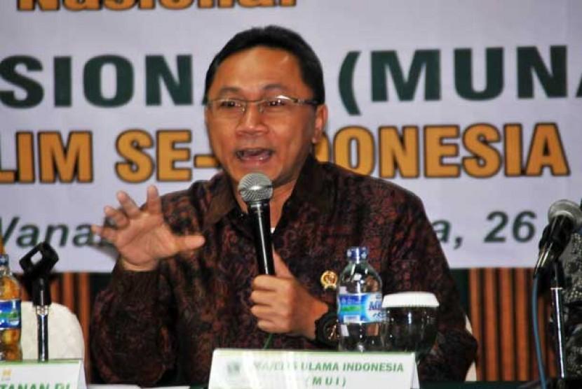 Menteri Kehutanan Zulkifli Hasan (tengah) menyampaikan sambutan saat membuka Munas I Ikatan Saudagar Muslim se-Indonesia di gedung Manggala Wanabakti Jakarta,Jumat (26/4).