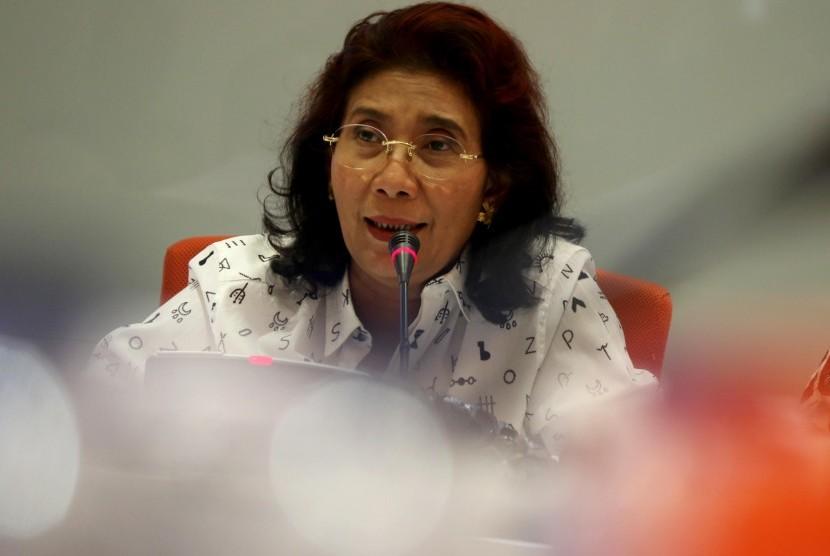 Menteri Kelautan dan Perikanan (KKP) Susi Pudjiastuti memberikan keterangan pers seusai rapat pertama Satuan Tugas (Satgas) Kepresidenan terkait pemberantasan penangkapan ikan secara ilegal di Jakarta, Senin (2/11).