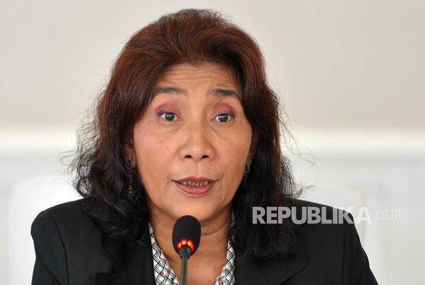 Menteri Kelautan dan Perikanan Susi Pudjiastuti memberikan keterangan tentang kebakaran puluhan kapal di Benoa, di kantor KKP Jakarta, Selasa (17/7).
