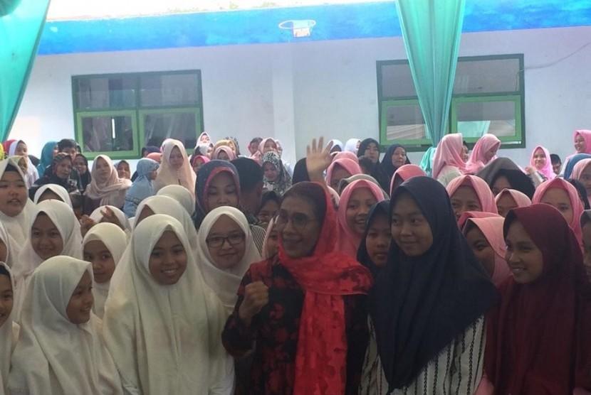 Menteri Kelautan dan Perikanan Susi Pudjiastuti saat mengunjungi Pesantren Al Munawar, Kampung Pasir Bokor, Kelurahan Cipawitra, Kecamatan Mangkubumi, Kota Tasikmalaya, Senin (8/4).