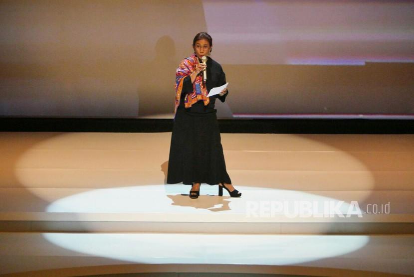 Menteri kelautan Susi Pudjiastuti berpantun saat Acara penganugerahan Tokoh Perubahan Republika di Djakarta Theater, Jakarta Pusat, Selasa (10/4).