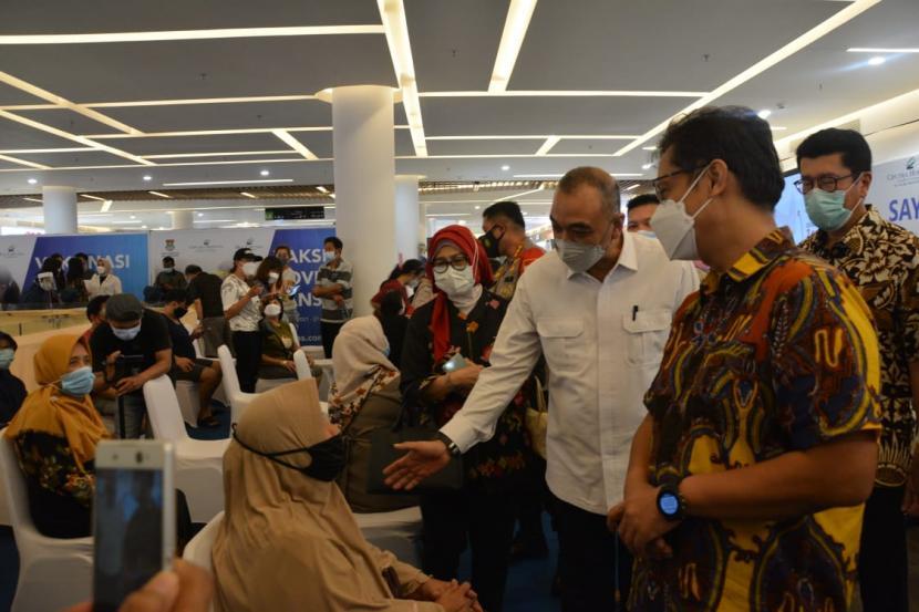 Menteri Kesehatan Budi Gunadi Sadikin didampingi Bupati Tangerang Ahed Zaki Iskandar saat monitoring vaksinasi lansia di Mall Ciputra Citra Raya, Sabtu (27/3).