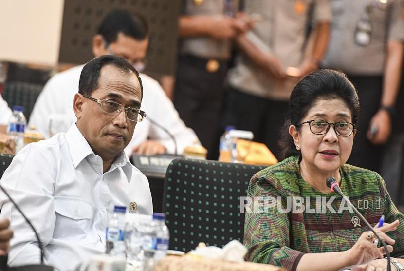Menteri Kesehatan Nila Moeloek (kanan)