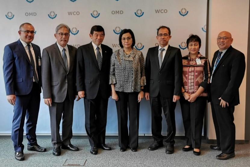 Menteri Keuangan Republik Indonesia, Sri Mulyani Indrawati, bersama dengan Direktur Jenderal Bea dan Cukai, Heru Pambudi dan Duta Besar Belgia, Yuri Thamrin, lakukan bilateral meeting dengan Sekretaris Jenderal World Customs Organization (WCO) di WCO Headquarters, Brussels, Belgia pada Kamis (11/07).
