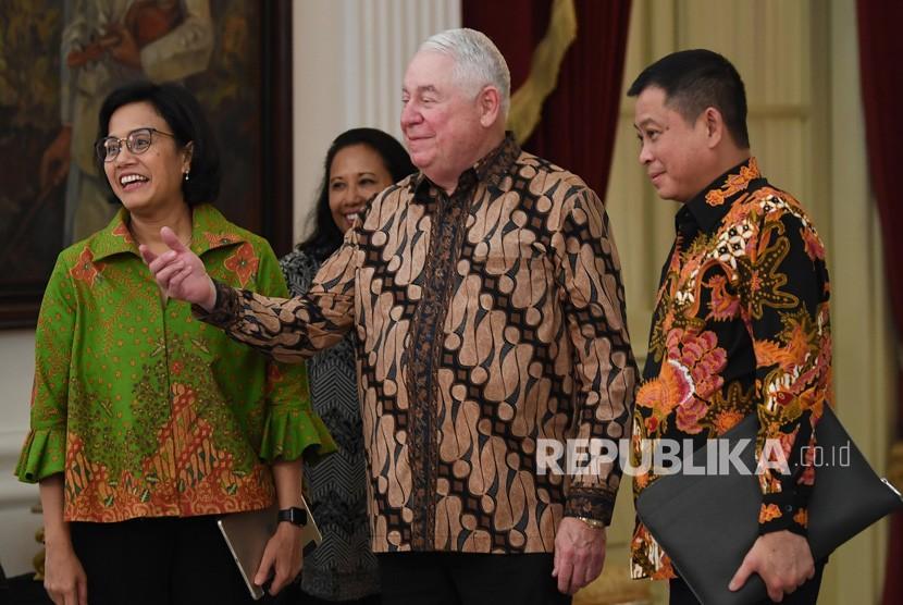 Menteri Keuangan Sri Mulyani berbincang dengan Menteri BUMN Rini Soemarno (kedua kiri), CEO Freeport McMoRan Richard Adkerson (kedua kanan) dan Menteri ESDM Ignasius Jonan seusai pengumuman pelunasan divestasi PT Freeport Indonesia di Istana Merdeka, Jakarta, Jumat (21/12/2018).