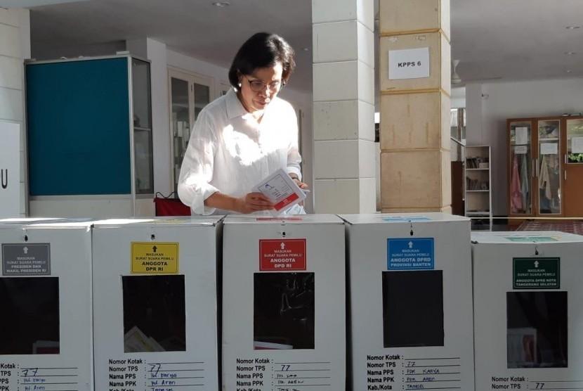 Menteri Keuangan Sri Mulyani didampingi suami Tony Sumartono beserta anaknya Lukman Indra Pambudi Sumartono menyalurkan hak pilihnya dalam Pemilu 2019 di Tempat Pemungutan Suara (TPS) 077 RT 02 RW 10 Jalan Mandar Bindari Jaya Sektor 3A, Bintaro Jaya, Tangerang Selatan.