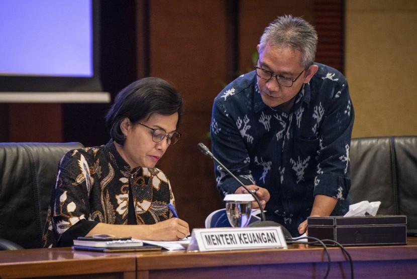 Menteri Keuangan Sri Mulyani Indrawati (kanan) berbincang dengan Dirjen Anggaran Askolani menyampaikan konferensi pers tentang Realisasi Anggaran Pendapatan dan Belanja Negara (APBN) 2018, di Kantor Kementerian Keuangan, Jakarta, Rabu (2/1/2019).