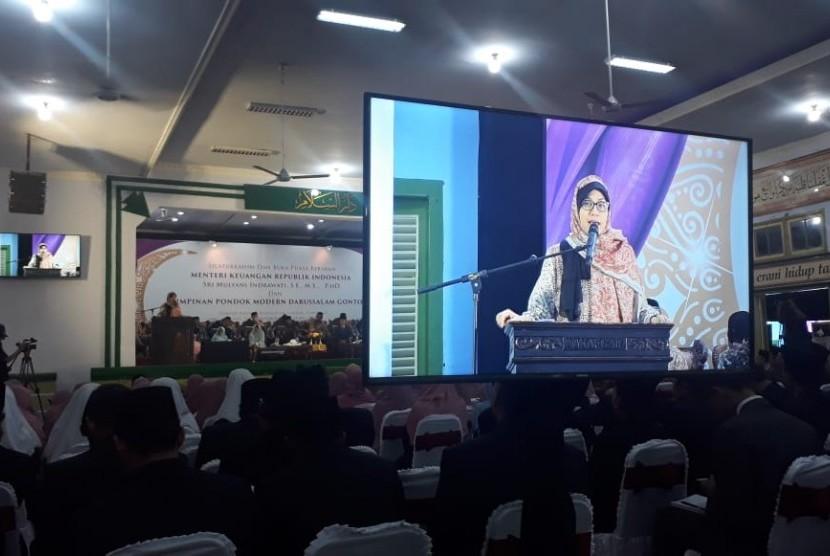 Menteri Keuangan Sri Mulyani Indrawati memberikan nasihat kepada santri Pondok Modern Darussalam, Gontor, Ponorogo, Jawa Timur pada Kamis (25/5). Pondok Pesantren tersebut menjadi salah satu tempat yang dikunjungi Menkeu dalam safari Ramadhan ke Jawa Timur dan Jawa Tengah.