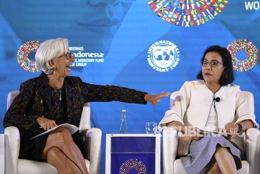 Menteri Keuangan Sri Mulyani (kanan) bersama Direktur Pelaksana International Monetary Fund (IMF) Christine Lagarde (kiri) saat seminar tentang Pemberdayaan Wanita di Dunia Kerja pada rangkaian Pertemuan Tahunan IMF World Bank Group 2018 di Bali International Convention Center (BICC), Nusa Dua, Bali, Selasa (9/10).