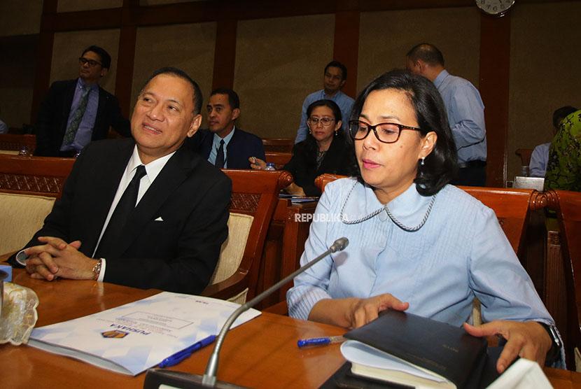 Menteri Keuangan Sri Mulyani (kanan) bersama Gubernur Bank Indonesia Agus Martowardojo (kiri) menghadiri rapat kerja bersama Komisi XI DPR di Kompleks Parlemen, Senayan, Jakarta, Rabu (11/4).