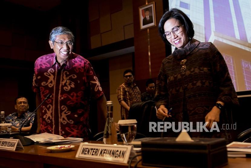 Menteri Keuangan Sri Mulyani (kanan) bersama Wakil Menteri Keuangan Mardiasmo (kiri) bersiap menggelar konferensi pers APBN KiTa (Kinerja dan Fakta) di Kementerian Keuangan, Jakarta, Jumat (21/6/2019).