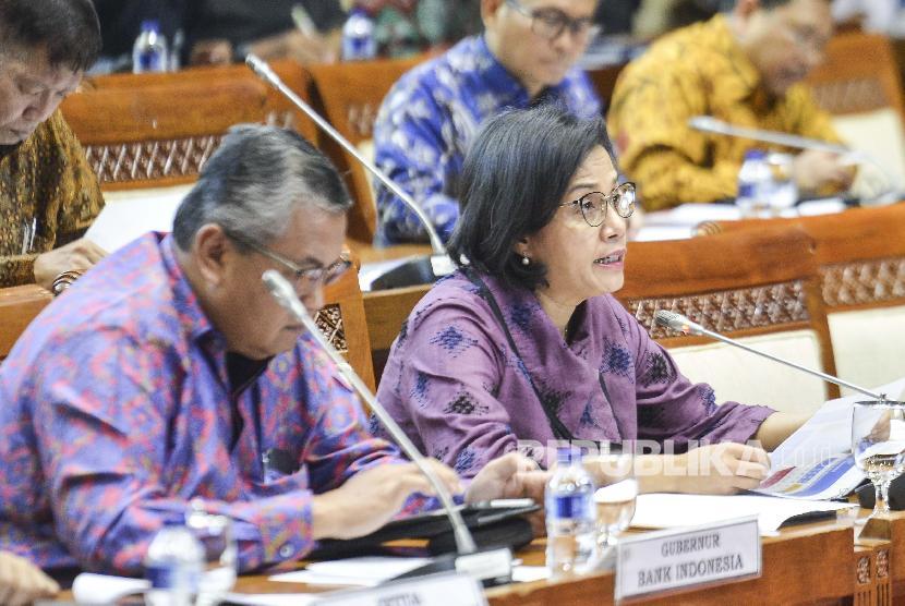 Menteri Keuangan Sri Mulyani (kanan) menyampaikan pendapat saat rapat kerja dengan Komisi XI DPR RI di gedung parlemen, Senayan, Jakarta, Senin (17/6/2019). Raker tersebut membahas pengambilan keputusan Asumsi Dasar RAPBN 2020.