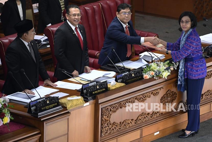Menteri Keuangan Sri Mulyani (kanan) menyerahkan berkas Kerangka Ekonomi Makro (KEM) dan Pokok-Pokok Kebijakan Fiskal (PPKF) Rancangan Anggaran Pendapatan dan Belanja Negara Tahun Anggaran 2020 kepada pimpinan Sidang Paripurna DPR Utut Adianto (kedua kanan), Bambang Soesatyo (kedua kiri) dan Fadli Zon (kiri) di Gedung Nusantara II Kompleks Parlemen Senayan, Jakarta, Senin (20/5/19).