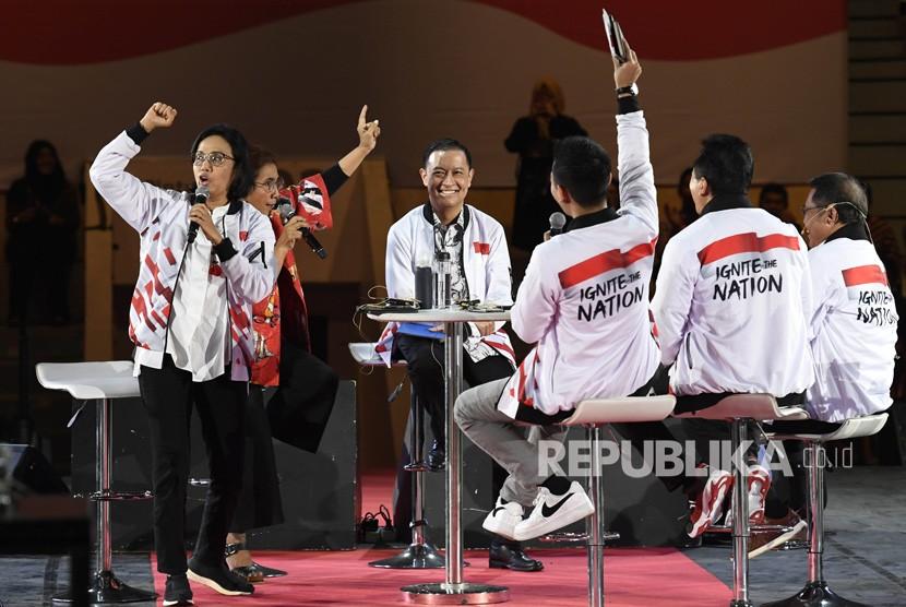 Menteri Keuangan Sri Mulyani (kiri) bersama Menteri Kelautan dan Perikanan Susi Pudjiastuti (kedua kiri), Kepala BKPM Thomas Lembong (tengah), Menkominfo Rudiantara (kanan) dan Kepala Bekraf Triawan Munaf (kedua kanan) mengikuti diskusi Ignite the Nation-Gerakan Nasional 1000 Startup Digital Satu Indonesia di Istora Senayan, Jakarta, Ahad (18/8/2019).