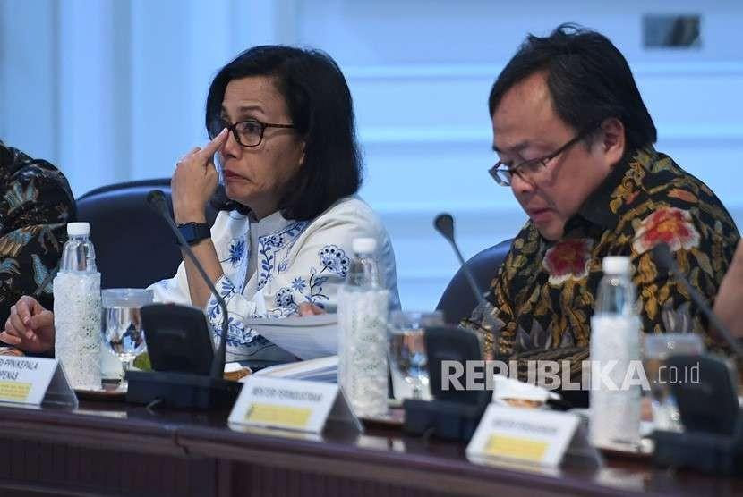 Menteri Keuangan Sri Mulyani (kiri) bersama Menteri PPN/Kepala Bappenas Bambang Brodjonegoro (kanan) mengikuti rapat terbatas terkait strategi kebijakan memperkuat cadangan devisa di Kantor Presiden, Jakarta, Selasa (14/8).