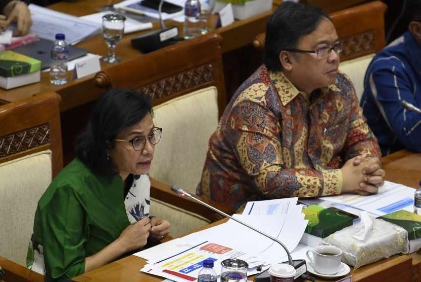 Menteri Keuangan Sri Mulyani (kiri) bersama Menteri PPN/Kepala Bappenas Bambang Brodjonegoro (kanan) mengikuti rapat kerja dengan Komisi XI DPR di Komplek Parlemen, Senayan, Jakarta, Senin (10/9).